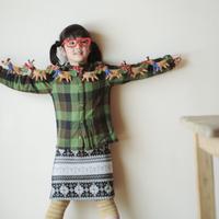 クリスマスグッズで遊ぶ女の子 20027002102| 写真素材・ストックフォト・画像・イラスト素材|アマナイメージズ
