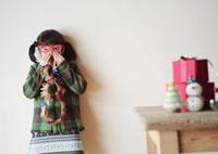 クリスマスグッズで遊ぶ女の子 20027002104| 写真素材・ストックフォト・画像・イラスト素材|アマナイメージズ
