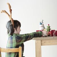 クリスマスグッズで遊ぶ女の子 20027002110| 写真素材・ストックフォト・画像・イラスト素材|アマナイメージズ