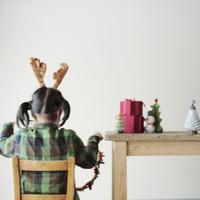 クリスマスグッズで遊ぶ女の子 20027002111| 写真素材・ストックフォト・画像・イラスト素材|アマナイメージズ
