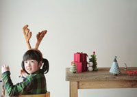クリスマスグッズで遊ぶ女の子