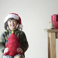サンタの帽子を被った女の子 20027002113| 写真素材・ストックフォト・画像・イラスト素材|アマナイメージズ
