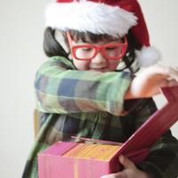 プレゼントを開ける女の子 20027002118| 写真素材・ストックフォト・画像・イラスト素材|アマナイメージズ