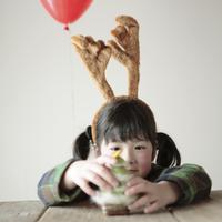 クリスマスグッズで遊ぶ女の子 20027002128| 写真素材・ストックフォト・画像・イラスト素材|アマナイメージズ