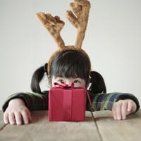 テーブルの上のプレゼントと女の子 20027002133| 写真素材・ストックフォト・画像・イラスト素材|アマナイメージズ