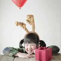 テーブルの上のプレゼントと女の子 20027002135| 写真素材・ストックフォト・画像・イラスト素材|アマナイメージズ