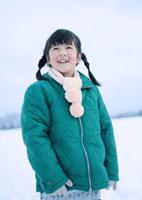 雪原に立つ女の子 20027002139| 写真素材・ストックフォト・画像・イラスト素材|アマナイメージズ
