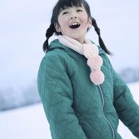 雪原に立つ女の子 20027002140| 写真素材・ストックフォト・画像・イラスト素材|アマナイメージズ