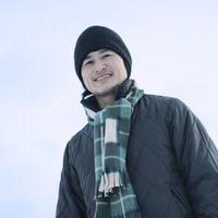 雪原で微笑む男性