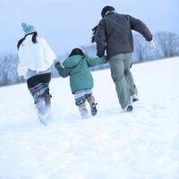 雪原を手をつないで走る親子 20027002145A| 写真素材・ストックフォト・画像・イラスト素材|アマナイメージズ
