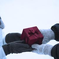 プレゼントを渡すカップルの手元 20027002149| 写真素材・ストックフォト・画像・イラスト素材|アマナイメージズ