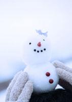 雪だるまを頭の上に乗せる男性