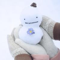 雪だるまを持つカップルの手元
