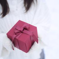 プレゼントを持つ女性の手元