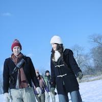 雪原を歩く若者たち 20027002195| 写真素材・ストックフォト・画像・イラスト素材|アマナイメージズ