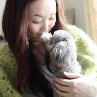 子犬を抱いて微笑む女性