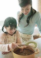 カレーを盛りつける親子