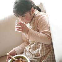 カレーライスを食べる女の子