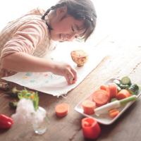 野菜スタンプで遊ぶ女の子