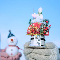手に持った門松と雪ダルマ 20027002750| 写真素材・ストックフォト・画像・イラスト素材|アマナイメージズ