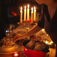 クリスマスディナーの準備をする女性 20027002809| 写真素材・ストックフォト・画像・イラスト素材|アマナイメージズ