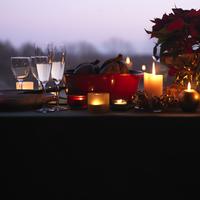 窓辺に並べたクリスマスキャンドル 20027002831| 写真素材・ストックフォト・画像・イラスト素材|アマナイメージズ