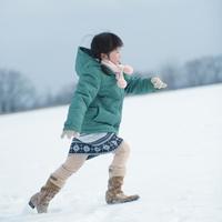 雪原を走る女の子