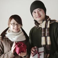 プレゼントを持つ20代のカップル