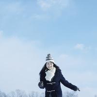 雪原を歩く女性 20027002896| 写真素材・ストックフォト・画像・イラスト素材|アマナイメージズ
