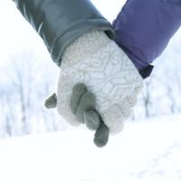 手をつなぐカップルの手元 20027002904| 写真素材・ストックフォト・画像・イラスト素材|アマナイメージズ