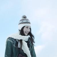 冬空の下微笑む女性 20027002911| 写真素材・ストックフォト・画像・イラスト素材|アマナイメージズ
