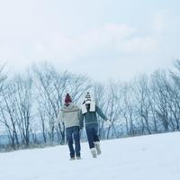 雪原を歩くカップルの後ろ姿 20027002912| 写真素材・ストックフォト・画像・イラスト素材|アマナイメージズ