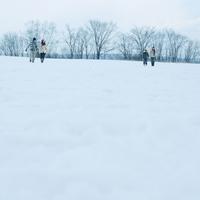 雪原を歩く若者たち