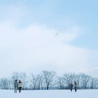 雪原で遊ぶ2組のカップル