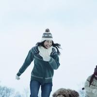 雪原で遊ぶ女性 20027002917| 写真素材・ストックフォト・画像・イラスト素材|アマナイメージズ