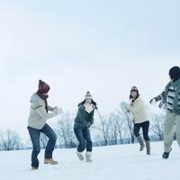 雪原で遊ぶ若者たち 20027002918| 写真素材・ストックフォト・画像・イラスト素材|アマナイメージズ