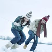 雪原で綱引きをする若者たち 20027002921| 写真素材・ストックフォト・画像・イラスト素材|アマナイメージズ