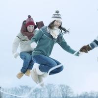 雪原で縄跳びをする若者たち 20027002923| 写真素材・ストックフォト・画像・イラスト素材|アマナイメージズ