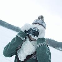 雪原で写真を撮る女性 20027002936| 写真素材・ストックフォト・画像・イラスト素材|アマナイメージズ