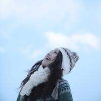 冬空の下の女性 20027002942| 写真素材・ストックフォト・画像・イラスト素材|アマナイメージズ