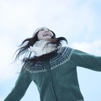冬空の下、手を広げる女性 20027002943| 写真素材・ストックフォト・画像・イラスト素材|アマナイメージズ