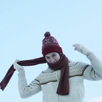 冬空の下、マフラーを巻く男性