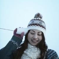 糸電話を持って目を閉じた女性 20027002959| 写真素材・ストックフォト・画像・イラスト素材|アマナイメージズ