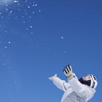 雪を舞い上げる女性