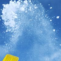 スコップで舞い上げた雪 20027003010| 写真素材・ストックフォト・画像・イラスト素材|アマナイメージズ