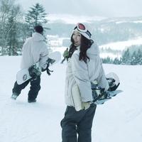 スノーボードを持って歩くカップル 20027003011| 写真素材・ストックフォト・画像・イラスト素材|アマナイメージズ