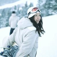 スノーボードを持ち振り向く女性 20027003012| 写真素材・ストックフォト・画像・イラスト素材|アマナイメージズ