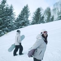 スノーボードを持って歩くカップル 20027003013| 写真素材・ストックフォト・画像・イラスト素材|アマナイメージズ