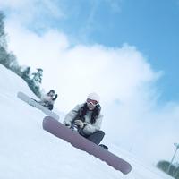 スノーボードを履くカップル