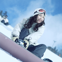 スノーボードを履く女性 20027003017| 写真素材・ストックフォト・画像・イラスト素材|アマナイメージズ